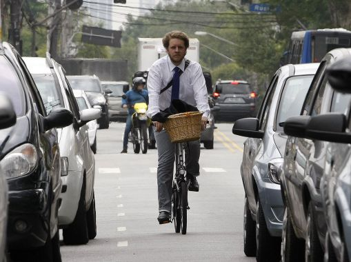 CICLISTA SÃO PAULO/SP 28/11/2011 CICLISTA VARIEDADES JT - O Assessor Parlamentar Daniel vai de bicicleta de sua casa no Jardim Paulistano para o trabalho no bairro do Morumbi.
